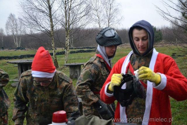 Oglądasz fotografię z artykułu: Świąteczny paintball w Zespole Szkół Budowlanych w Mielcu