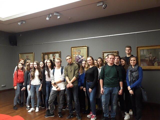 Oglądasz fotografię z artykułu: Uczniowie III Tc w otoczeniu dzieł malarstwa polskiego