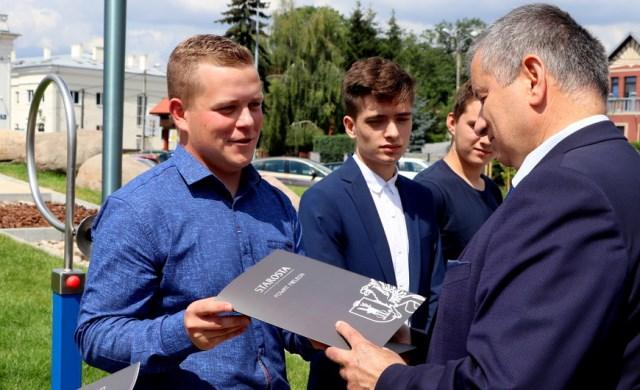 Oglądasz fotografię z artykułu: Najzdolniejsi maturzyści nagrodzeni w czasie plebiscytu 'Komputer dla najlepszego'.